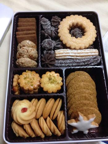 様々なクッキーが詰め合わされた「ネオン缶」も喜ばれますね。どのクッキーも、サックサクで美味しいですよ。 他にも、焼き菓子をお好みでギフトボックスに詰合せることもできます。