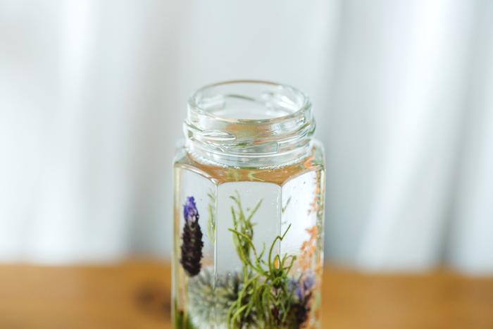 ④時間が経つとオイルが若干膨張してくるので、瓶の入り口ぎりぎりまで満たさず、蓋との間に隙間を作っておきます。