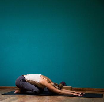 アクティブ期の運動は骨盤ケアと筋トレを中心に行いましょう。デトックス期で開き気味の骨盤を引き締めるようなストレッチを取り入れながら、筋肉に負荷を加えるような運動を取り入れ、筋肉を鍛えていきます。スクワットもおすすめですよ。