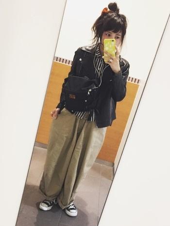 ワイドパンツにヨカポイカのシャツを合わせています。ジャケットをロックテイストにするとかっこいい着こなしも思い通りにできます。