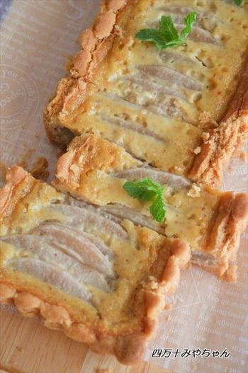 冷やして美味しい「梨のタルト」。タルト生地はホットケーキミックス使用で失敗いらず♪梨も薄切りにして並べるだけでOK。シンプルな工程で作れます。