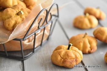 ホットケーキミックスとかぼちゃを使った「パンプキンクッキー」。見た目もかぼちゃ型でとっても可愛いです*ヘタの部分はかぼちゃの皮を使って作っています。