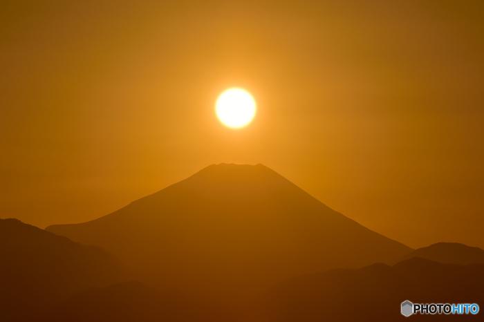 冬の冷え込んだ朝は、霜で銀世界が広がります。また、12月の冬至周辺には日の沈むタイミングで「ダイヤモンド富士」を拝めるチャンスも!この季節だけの幻想的な瞬間です。日が落ちた高尾山では運がよければ「ムササビ」に出会うこともできますよ。