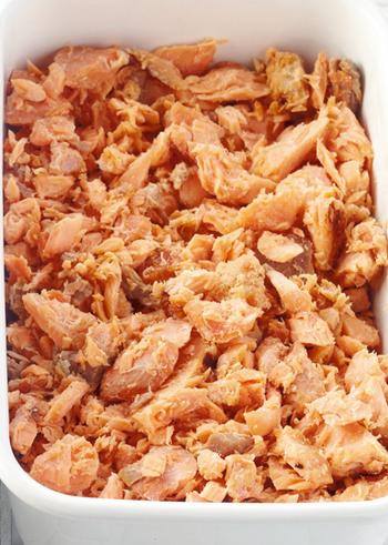 おにぎりの具材、炊きたてご飯のふりかけ、タルタルソースの具など、いろんなレシピに使える鮭フレーク。市販の瓶詰めフレークを常備している人も多いのでは? 材料は鮭と塩麹だけでできるので、鮭が安く手に入った時にたくさん作っておきたいですね。