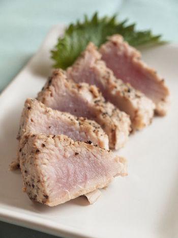 塩麹で旨味を引き出したマグロのレアステーキは、ブラックペッパーが美味しいアクセントになっています。 ご飯のおかずにも、お酒のおつまみにもピッタリ◎