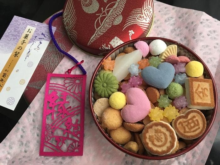 明治23年創業の老舗和菓子店「銀座 菊廼舎」を代表する銘菓「冨貴寄」。茶時に使われる干菓子にアイディアを得て、大正後期に造り出されました。品の良いパーッケージと蓋を開けた時の可愛らしさは、手土産に最適ですね。