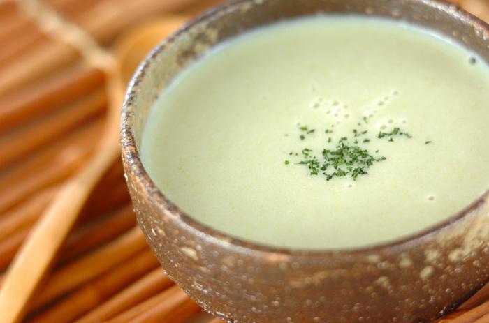 塩麹のまろやかな旨味がタマネギとキャベツの甘みを引き出した、優しい味わいのポタージュスープ。 キャベツの淡いグリーンがキレイで、肌寒い日にほっこり温まるメニューです。