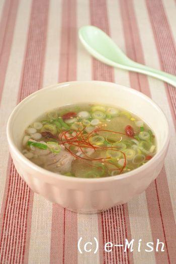 鶏の旨味がしっかり溶け込んだ白湯スープ、美味しさの秘訣は塩麹です。 このままで美味しいのはもちろん、中華麺を加えたり、ご飯を入れて雑炊風にしても美味しいですよ♪