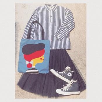 チュールスカートとスニーカーを合わせて。 ボタンを上まですることできちんと感がでます。
