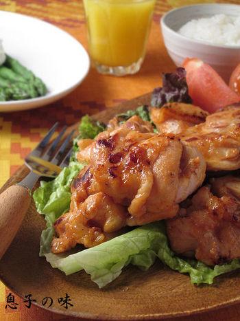 唐揚げの下ごしらえに塩麹を使うのは、すっかり定番。鶏料理のレパートリーを増やすなら、タンドリーチキンはいかがでしょう? カレー粉の風味が食欲をそそりますよ!
