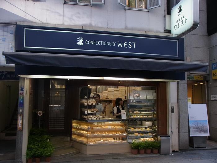 銀座7丁目に本店を構える「銀座ウエスト」は、昭和22年創業です。喫茶室のあるお店の前面で、生菓子や焼き菓子などを販売しています。
