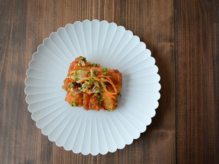 菊を象った気品あふれる有田焼のプレートは、日本を代表する名門ホテル「パレスホテル東京」のためにつくられたもの。和食も洋食も、イタリアンもカフェごはんも。どんな料理も美しく引き立ててくれる秀逸なデザインはさすがです。しかも、レンジ、オーブン、食洗機、全て使える実力派◎!