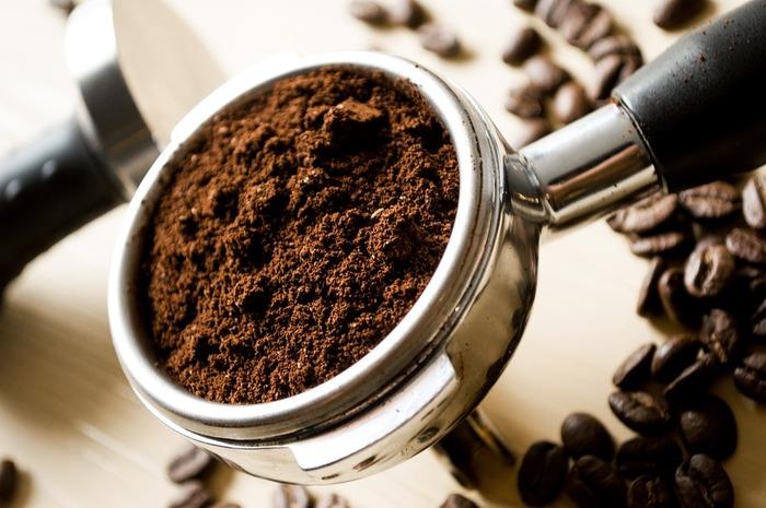 臭いが気になるときに試して欲しいのが、コーヒーのかすや茶がらを使う方法。 湿ったままのコーヒーかすや茶がらを受け皿に広げ、2~3分加熱すると驚くほど臭いが取れるのです。  また、魚を焼く前に湿ったコーヒーかすを入れておくと焼くときの匂いが気にならずコーヒーの香りが漂うのだとか。 油を吸ってくれるので一石二鳥♪