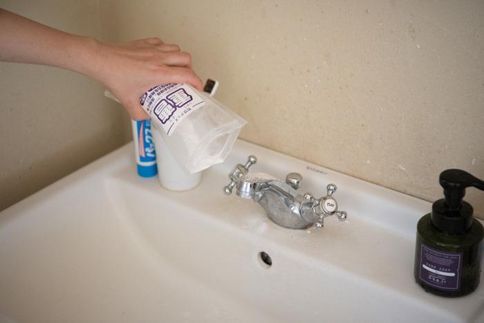 ナチュラルクリーニングの主役、重曹。食品用として膨張材やあく抜きのために使われる重曹(タンサン)がありますが、近頃はぐっと安価な掃除用のものが店頭に並んでいます。食品用を掃除に使うことは構いませんが、掃除用(工業用)の重曹を食品には使わないようにしましょう。  粉末のまま振りかけたり、少量の水で練ってペースト状にしてクレンザーのように。またしつこい油汚れにはせっけん(粉末、液体)をプラスすると更にパワーアップします。
