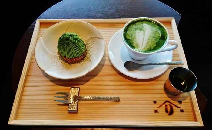 京都の老舗・茶問屋『辻利兵衛本店』の茶寮では、石臼で挽いた抹茶のクリームとマロンクリームを組み合わせたモンブランが味わえます。底はクッキー生地でさっくり、マロンクリームの中には渋皮栗がはいっていて栗そのものの味わいが楽しめます。