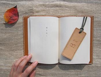 手縫いで作られているのに加えて、表面に描かれたメガネと本のイラストもすべて手書きなんだそうです。革のしおりなら、使えば使うほど味が出て読書の素敵な相棒になりそう♪