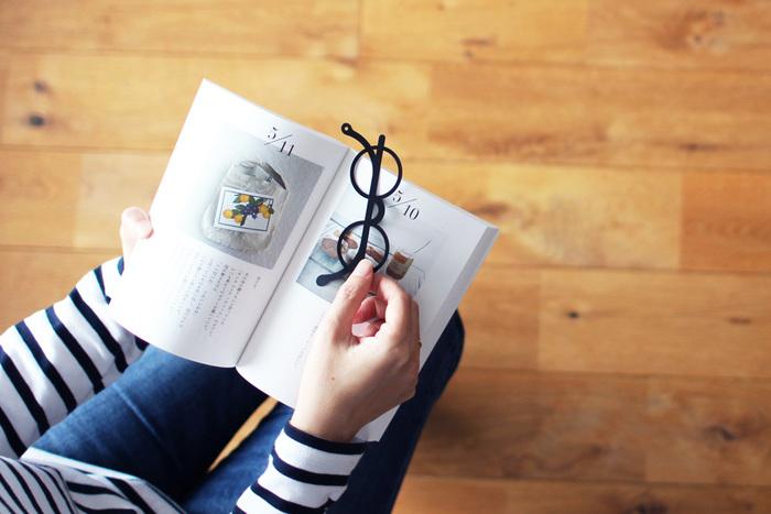 本から落ちにくく作られているほか、つるの先端に紐やストラップなどを通せる穴が空いているなど、機能面もバツグンです。
