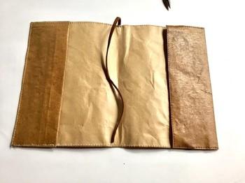 紙を2重になっているため耐久性があって、使い込むほどに味が出てきます。事前にお願いすればサイズ変更にも対応していただけるそうですよ。
