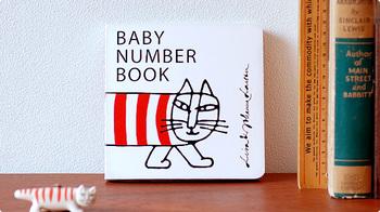 「BABY NUMBER BOOK」 リサ・ラーソン (著), ヨハンナ・ラーソン (著)  北欧ファブリックや雑貨でもおなじみ、リサ・ラーソンの手がけた幼児向け絵本。リサと娘のグラフィックデザイナー・ヨハンナによる共同作品です。愛らしい絵と鮮やかな色使いで、動物や数字が描かれます。ボードブックタイプなので、まだ本が上手に扱えないお子様にもオススメ。スタイリッシュな表紙はディプレイとして飾っても様になります。表紙にも描かれたこちらの猫の名前はマイキーと言います。
