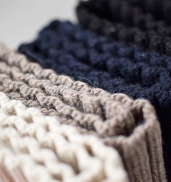 冷たい風から首元を優しく温かく守ってくれるスヌード。こちらは、伝統的な技術やディテールなどを大切にする国内ブランド「kelen(ケレン)」のニットカラースヌード。ウール100%で保温性抜群。凸凹感のある編み方で、よりぬくもりを感じさせます。