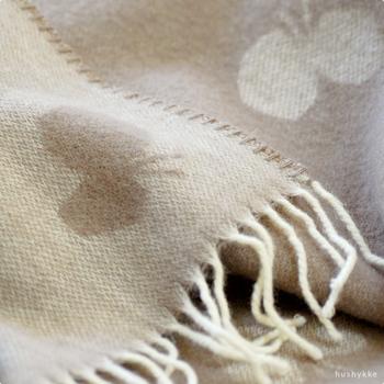 スウェーデンのブランケットブランドとして知られる「KLIPPAN(クリッパン)」と、デザイナー皆川明氏によるブランド「ミナ ぺルホネン」のコラボによる、蝶のデザインが印象的な人気のストール。