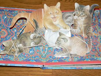 Kittens  レスリー・アン・アイボリー (著),ロン・ファンデルメール (著)(英語版のみ)オーラムプレス社  繊細なタッチが美しい仕掛け絵本。リアリスティックでふわふわの子猫たちがたくさん登場するので、おうちで猫が飼えない人にもおすすめ。背景の細やかな描写も素敵です。