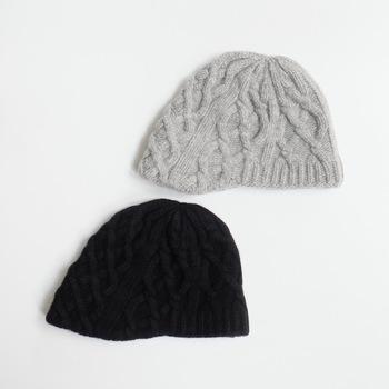 「French Bull(フレンチブル)」のケーブル編み(なわ編み)のニット帽。なわ状に編むことで厚みが出て、防寒性がアップします。手編み風の風合いもナチュラル感があっていいですね。