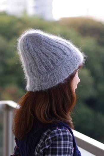 カジュアルになりがちなニット帽も、モヘアで編むことで大人っぽく女性らしい雰囲気に。コーディネートの幅も広がりそうですね。ふわふわで肌ざわりのいい上質なモヘアを使用しています。