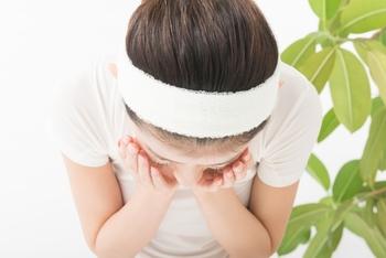 《肌質チェック方法》 洗顔をしたあと顔を拭いて、いつものスキンケアをせずにそのまま放置します。春~夏なら10分、秋~冬は5分程度置いて下さい。