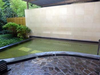 露天風呂では自然に囲まれた静かな空間で、まったりとお湯に浸かりながら箱根の星空を楽しむ事ができます。大浴場は硫酸塩泉、露天風呂は塩化物泉とそれぞれ2種類の異なった泉質に入浴できるのも嬉しいですね。