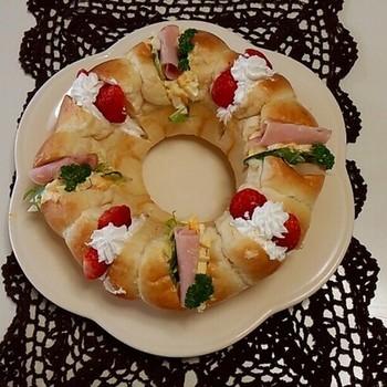 ちぎりパンをリング型で焼けば、リースタイプのサンドイッチを作ることができます。おかず系とデザート系の具が交互に並ぶ欲張りサンドは、賑やかなクリスマスのディナーにもぴったりですね。