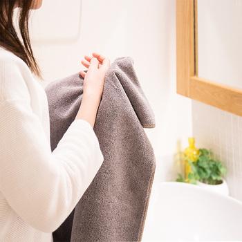 洗顔した後は、タオルを使う人が多いと思いますが、タオルは摩擦を与えやすいので、こすらないよう優しく抑えましょう。タオルは、1度でも使ってしまうと雑菌が繁殖してしまうため、新しいタオルを使いましょう。  タオルの摩擦や雑菌が気になる時は、ティッシュを軽く2~3枚のせて水分をふき取るのもおすすめです。
