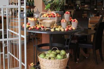 季節の恵みがディスプレイされて。秋は山盛りのりんごが♪