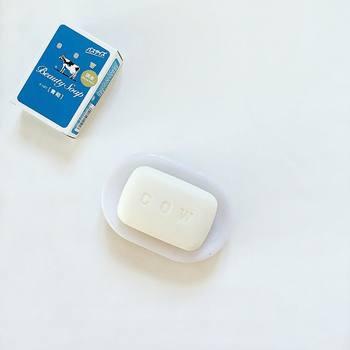 爽やかなジャスミンの香りで、やさしく泡立ちさっぱりすべすべの洗い心地の『牛乳石鹸 青箱』。使い心地や香りに合わせて選べます。季節に合わせて使い分けても良いですね。お手頃価格で、顔・体どちらも使えます。