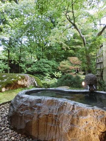 3本の源泉から成るお風呂で身も心もぽっかぽか。庭園内より湧出する自家源泉を肌で感じてみませんか?巨石露天風呂から楽しむ星空は忘れられない思い出になること間違いなし♪