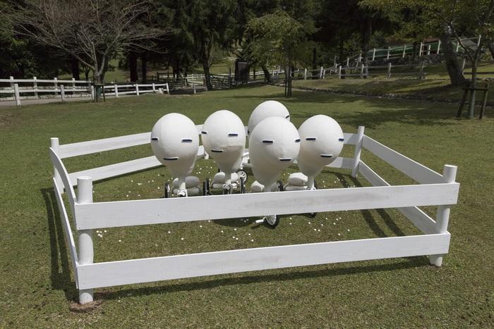 2017年は、はじめて神戸市立六甲山牧場がサテライト会場に加わりました。 小さなお子様にも人気の施設ですので、ぜひお立ち寄り下さい。 なんともいえない表情の作品は、さとうりさ「The Parallel」2017。  ※神戸市立六甲山牧場での作品鑑賞は、別途入場料が必要です。 ※11月中は火曜日休場