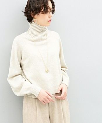 縦長のハイネックとのニュアンスパーマのコントラストが素敵なショートヘア。 シンプルな白ニットは、マニッシュスタイルで洗練された雰囲気に。