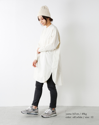 白シャツはどうしてもかっちりとした印象にまとまりがちですが、あえてこんなゆるめのコーデはいかがでしょうか?スキニーデニム×スニーカーの王道コーデですが、白シャツワンピだとほどよい大人感が演出できます。