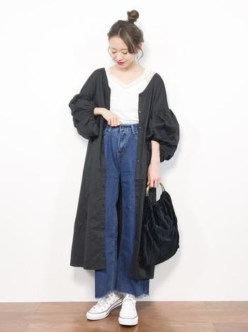 最初にご紹介した上品なブラックドレス。前を開けて羽織ると全く別の表情を見せてくれます。カットソー×デニム×スニーカーという、とてもシンプルなコーデにシャツワンピの袖デザインが効いていますね。
