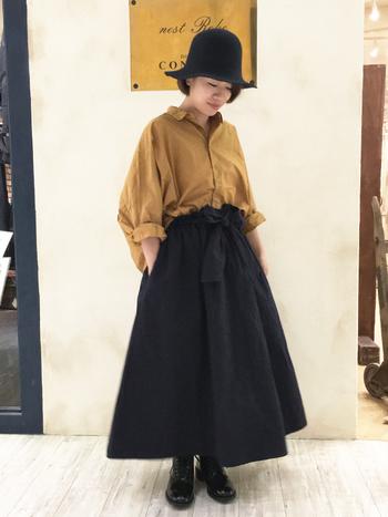 バルーンシャツにふんわり広がるスカートを合わせて。トップスはフロントインして、ウエストのリボン見せとハットで秋のお嬢さんスタイル。
