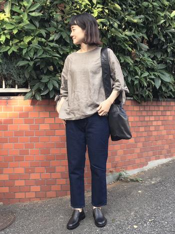 袖口のリボンが可愛らしいリネントップス、こちらも七分袖。軽めのスタイリングに小物のバッグと靴のレザー感が秋にピッタリです。