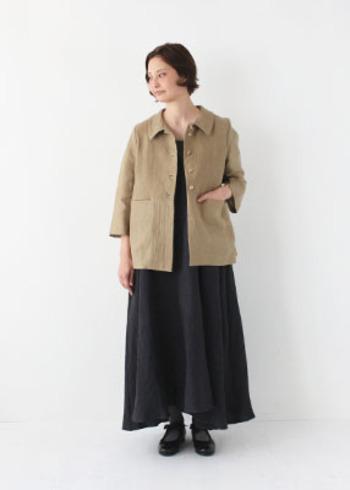 シックな黒のワンピースに、カジュアル感のあるベージュのジャケットをプラスして。半端袖のワンピース1枚では心細い季節の着こなしにおすすめです。