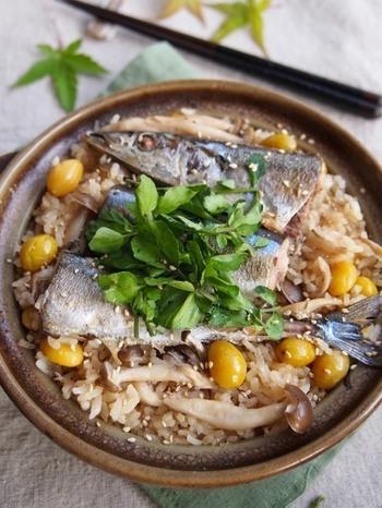 土鍋で炊くとよりおいしくなる新米。炊き込みご飯を、土鍋で作るのもいいですね。新米は、水加減を控えめにするのは炊飯器と同様。しっかり蒸らして、ふっくらと仕上げましょう。火加減んでおこげができるのもうれしいですね。