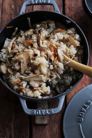 ストウブなど、人気のホーロー鍋で炊くのもおすすめ。密閉性が高く無水調理もできる鍋ですから、うまみを逃さず、ふっくらおいしい炊き込みご飯ができます。