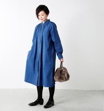 色のせいかデニム素材のシャツワンピはなんとなく春夏っぽいイメージを持たれがち。しかし、組み合わせるアイテム次第でぐっと季節感が出せるんですよ。足元はサンダルからブーツやパンプスへ。そして意外と相性がいいのが黒タイツです。これだけでも秋冬感は出ますが、今年ならトレンドのファーバッグを合わせても◎