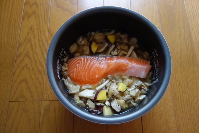 具は、お米の上にのせて炊きます。混ぜ込んで炊くと、水が対流しにくく、炊きムラができやすくなります。かたいものから、順にのせていきましょう。