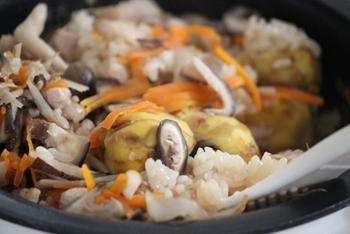 炊飯器で炊く場合は、普通に白米を炊くときと同じ水加減で調味料を加えてしまうと、ご飯がべちゃっとしやすいので要注意!先に調味料を入れてから、目盛りに合わせて水(または出汁)の量を調整ましょう。とくに新米の場合は、水量を控えめにするのがコツ。