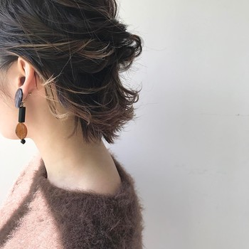 首が詰まりぎみのラウンドネックは、耳上の髪をねじって後ろでピンで留めてすっきりと見せましょう。