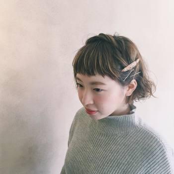 ちょっと可愛らしさもプラスしいたい場合は、耳上の髪の毛をロープ編みにして反対側でピンやバレッタで留めてカチューシャ風に。 首元に高さのあるハイネックもすっきりと見えます。