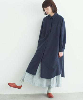 シャツワンピ×スカートのレイヤードスタイルもおすすめです。スカートはワンピースからのぞくくらい長めをチョイスして。カラーコーデを楽しんだり、スカートに柄モノを合わせてもいいですね。